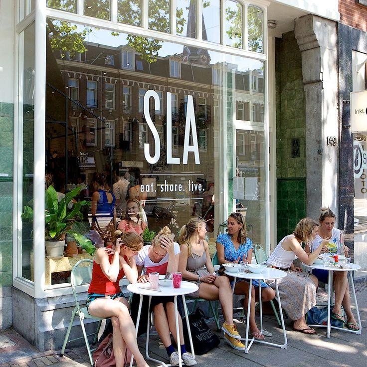 EET TIP: SLA in Amsterdam. Hier stel je je eigen salade samen. Kies uit verschillende soorten sla, graan/zaad, diverse soorten groenten, lekkere toppings én dressings. Ideaal voor een snelle hap in het weekend (of doordeweeks kan ook natuurlijk)