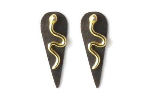 Til disse øreringe er der brugt følgende materialer:  1 par ørestik, slange med klar zirkon som øje, forgyldt sterlingsølv 2 stk. børstet spids dråbe 22×8 mm, sort messing