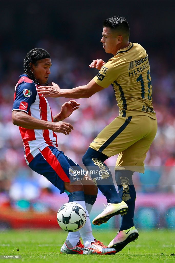 Marcelo Alatorre of Pumas fights for the ball with Carlos Peñ–a of Chivas during the 1st round match between Pumas UNAM and Chivas as part of the Torneo Apertura 2016 Liga MX at Olimpico Universitario Stadium on July 17, 2016 in Mexico City, Mexico.