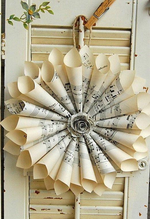 Couronne de partition de musique / Couronne de papier Vintage papier Rose / partitions / de mariage Vintage  Cette Couronne a été créée à partir de vieille partition musical. Le centre est orné d'une rose de petites feuilles de musique (peut également être faite sans la rose, si vous préférez).  Livré prêt à être accroché avec un cintre de ficelle rustique ou une pince à linge d'inspiration vintage, estampillé avec script français.  Mesure environ 9- 10  S'il vous plaît noter :...