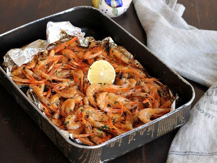 Gamberi al forno ricetta al cartoccio facile pratica e veloce per un antipasto o secondo piatto saporito e frizzante grazie ad un piccolo segreto.