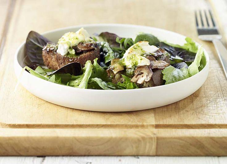 Bruschetta met gemarineerde champignons, geitenkaas en pestodressing