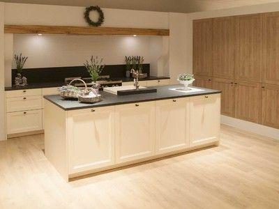 Landelijke, lichte keuken met graniet