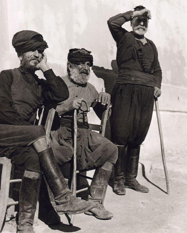 Κεντρική Κρήτη 1927-1939-Η Έλλη Σουγιουτζόγλου επισκέφθηκε για πρώτη φορά την Κρήτη το 1027.Είχε γίνει γνωστή στην Αθήνα από φωτογραφίες συνοικισμών,αρχαιοτήτων και πορτρέτα και είχε αναγνωρισθεί διεθνώς με τις εντυπωσιακές φωτογραφίες μιας γυμνής χορεύτριας στην Ακρόπολη.Στην Κρήτη η Nelly΄s συναντά μια κοινωνία με αρχαϊκές δομές που έχουν ελάχιστα μεταβληθεί με το πέρασμα των αιώνων,εντυπωσιάζεται και την καταγράφει με πλήθος λήψεων.