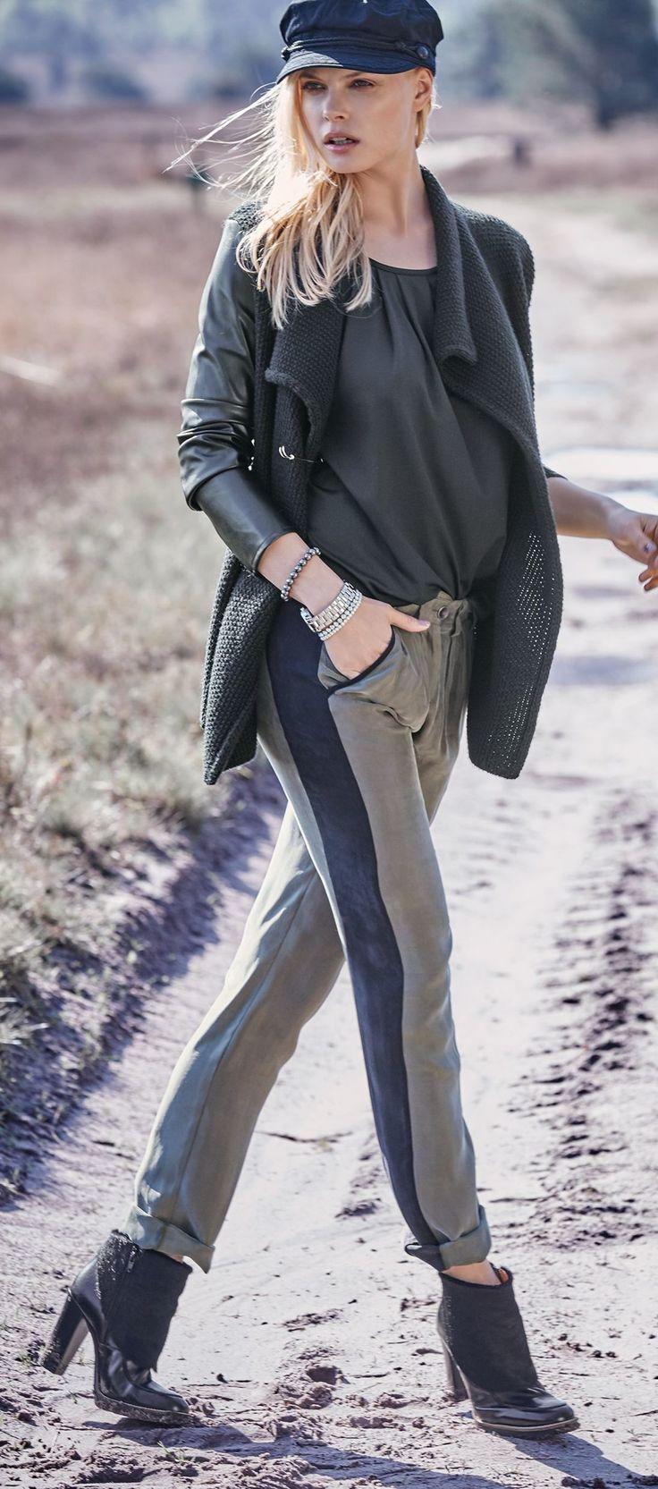 Markant: die schmalen Ärmel aus Kunstleder, mit Strick unterlegt. Offen: die Front an der Jacke aus Grobstrick. Leger geschnitten, in Schwarz, mit Schalkragen. #impressionen #trendfarben2015 #fashion #black #red #trends #herbst #impressionenversand