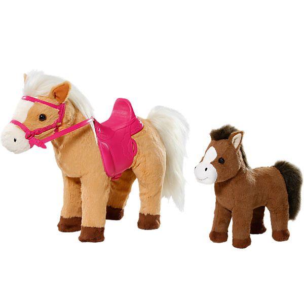 BABY born® ist gerne mit der Puppenmutti auf dem Reiterhof. Dabei lernt es auf dem sanften Pony Sunny zu reiten. Und bei jedem Ausflug ist auch immer das Baby-Pony dabei.<br /> <br /> Wenn die Puppenmutti das linke Ohr von Sunny drückt fängt das Pferd von alleine an zu laufen oder stopp. Beim rechten Ohr wiehert das Pferd nach seinem Fohlen. Dank eines kleinen Magneten läuft das Fohlen sogar an der rechten Seite seiner Mama mit.<br /> Und wenn die Pferdeschnau...