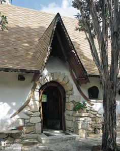 Gary Zuker built this cob home in Austin, Texas, USA without any previous building experience. At the time few cob homes were being built so Gary researched European 15th century cob homes at his local university. After working with a few cobbers Gary realised he had all the tools he needed to build his home, determination, creativity, ingenuity and himself. Three years later his home was complete. More at www.naturalhomes.org
