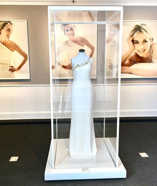 Donatella Versace has donated the dress she created for the late Princess Diana to Mario Testino's cultural institution MATE Museo.