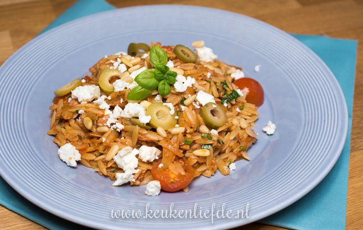 Dol op de Griekse keuken? Probeer deze Griekse pasta (risoni) in tomatensaus met venkel en tonijn. Makkelijk om te maken en superlekker!