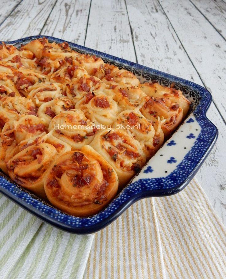 Deze pizza breek hapjes zijn lekker als borrelhapje of snack op een verjaardag of bij een feestje. In een handomdraai heb je heel veel lekkere hapjes.