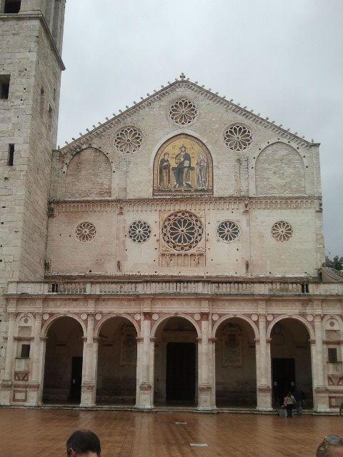Székesegyház közelről. Káprázatos és hatalmas freskó láthatót a szentélyben.Alkotója Filippo Lippi