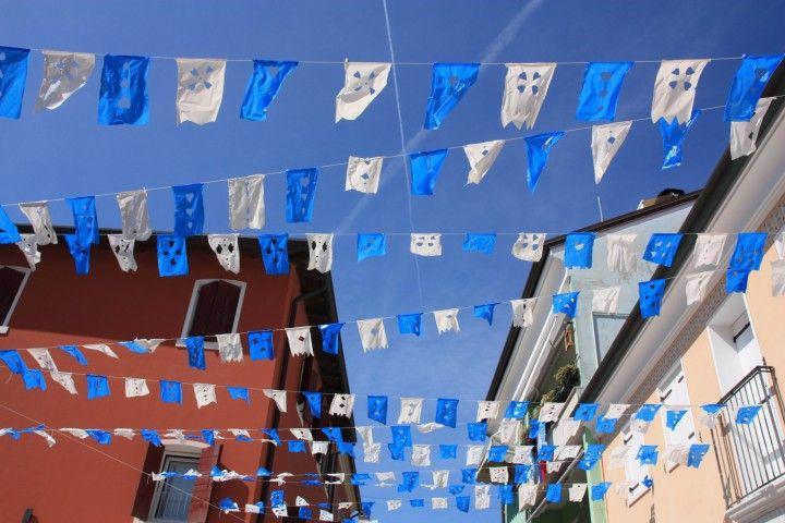 Blaue Fahnen in den Strassen von #Caorle, Adria, #Italy