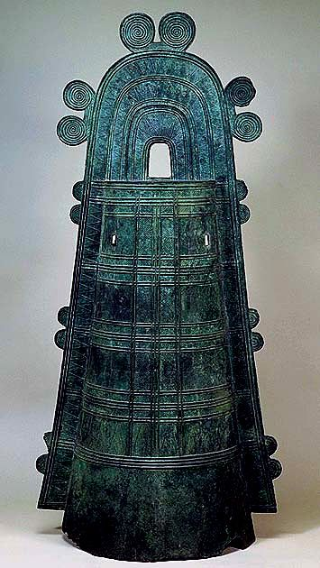 Dotaku Bronze Bell with Tossen Handle and Zigzag Pattern Late Yayoi Period (3rd Century A.D.)    Dotaku bronze bells are classified chronologically into four groups, according to the styles of their handles. Though originally made to suspend the bells, handles became less functional and more ornamental in later years.