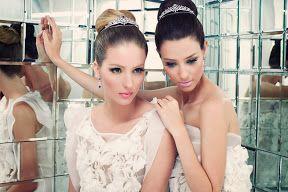 Vestidos para damas de honor con flores y volantes en el vestido. Vestido de dia, junto con un peinado muy elegante