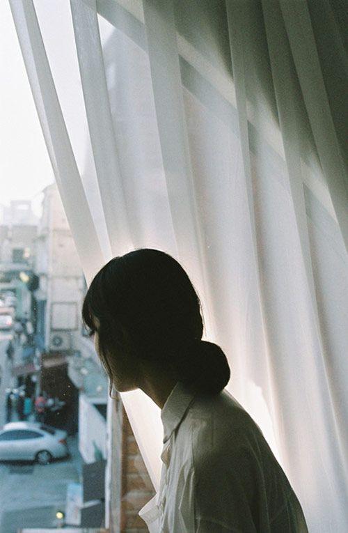 Sie war mal eine stolze Frau. Und manchmal erahnst du noch in den Winkeln ihres Lächelns, die Sioulette von ihr. Und manchmal siehst du noch den Stolz in ihren Augen aufleuchten, wenn sie an längst  vergangene Tage zurück denkt.  Doch die meiste Zeit, sieht man nur noch die Hülle einer Kämpferin und ihre tiefen Wunden, die sie zu verstecken versucht. Und es zerreißt einem das Herz etwas einst so starkes, so schwach und verletzlich zu sehen.