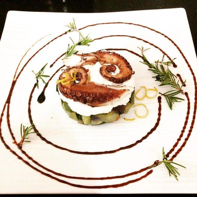 Tentacoli di polpo su tortino di verdure e crema di formaggi