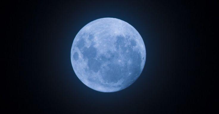 7月31日は、数年に一度の「ブルームーン」だ。国立天文台によると、午後7時43分頃に、最も丸い満月が見られるという。 ブルームーンとは、ひと月に2度現れる満月のこと。実際に青い月が見られるわけではないが、「Once in a blue moon」という英語の慣用句が「非常にまれな」という意味を表すように、次にブルームーンを見るには、3年後の2018年1月まで待たなければならない。 さらに、今回の満...