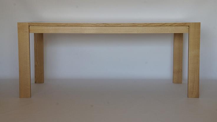 Table de Salon. Chêne massif du Piémont, finition Gomme Laque et Cire. Deux rallonges papillon intégrées.