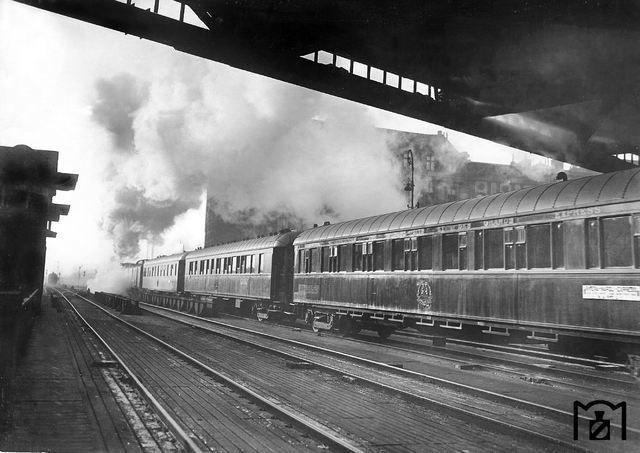 Die Riviera-Express verlaesst den Anhalter Bahnhof in Berlin 1931