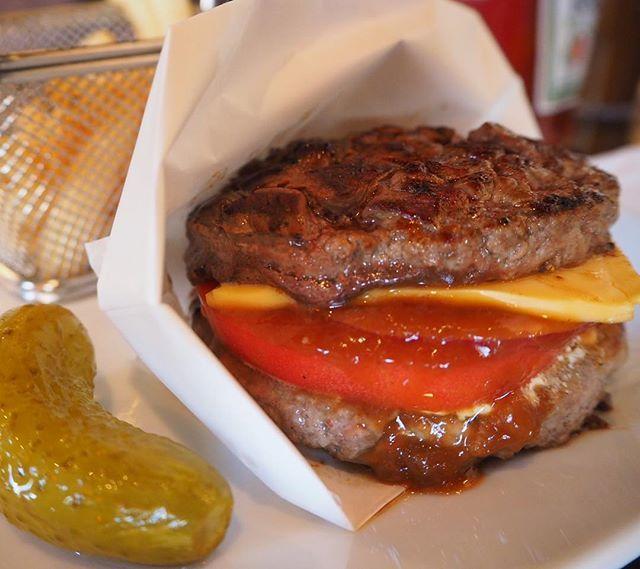🍔🍔🍔🍔 . . . . ずっと食べたかった#ワイルドアウト ! ハンバーグというよりもはやステーキ(笑) ママもめちゃ喜んでたから行って正解👌 まこちゃんも今度連れていきたい🤩 . . #shaketree#🍔#肉#両国#錦糸町 #激ウマ#ハンバーガー