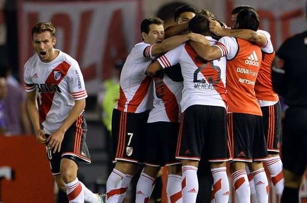 Jugadores de River Plate celebran con su entrenador, Marcelo Gallardo, un gol ante Boca Juniors durante un partido de semifinal de la Copa Sudamericana en el estadio Monumental, en Buenos Aires (Argentina).