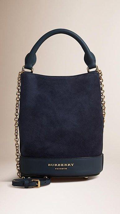 A Bucket Bag da Burberry - bolsa se camurça azul marinho