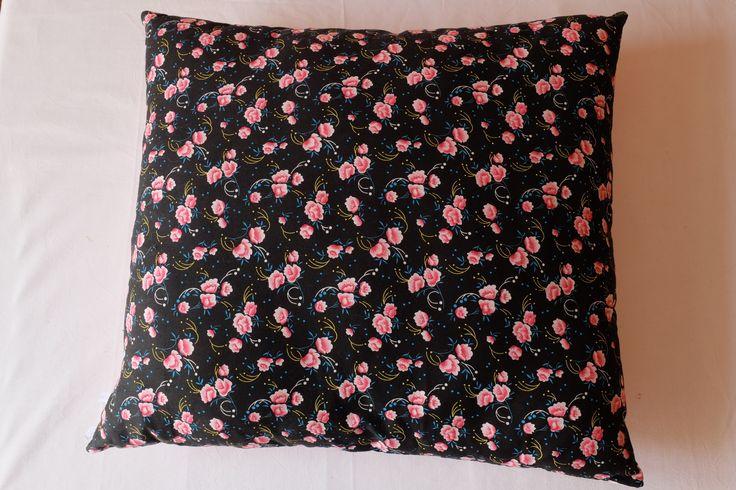 Coussin gypsy bohème en tissu Petit Pan. Roses roses sur fond noir. : Textiles et tapis par archipelcreations