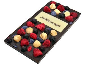 Тёмный, слегка горький бельгийский шоколад (55% какао, Вelcolade, Noir Selection), ароматные ягодки малинки и чёрной смородины, хрустящий фундук, изысканные французские лепестки фиалки и шоколадная надпись. Порадуйте свою мамочку очень вкусным и красивым подарком! http://www.aimant.ua/chocolate/product/dark_choco_lyubiy_matusi