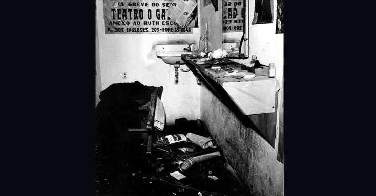 """Em 1968, o teatro brasileiro sofria não apenas com a censura da ditadura militar, mas tinha ainda de lidar com ataques de grupos radicais da direita. Em julho, o teatro Galpão, em São Paulo, foi invadido por um grupo armado de cassetetes e socos-ingleses que espancou artistas e depredou o teatro. O grupo apresentava a peça """"Roda Viva"""", escrita por Chico Buarque (Folhapress)"""