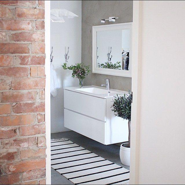 Rustige en natuurlijke uitstraling in de badkamer door het badkamermeubel, de rustige kleuren, de stenen muur en het gebruik van planten! #utilityroom #brickwall #kvik #concretewall