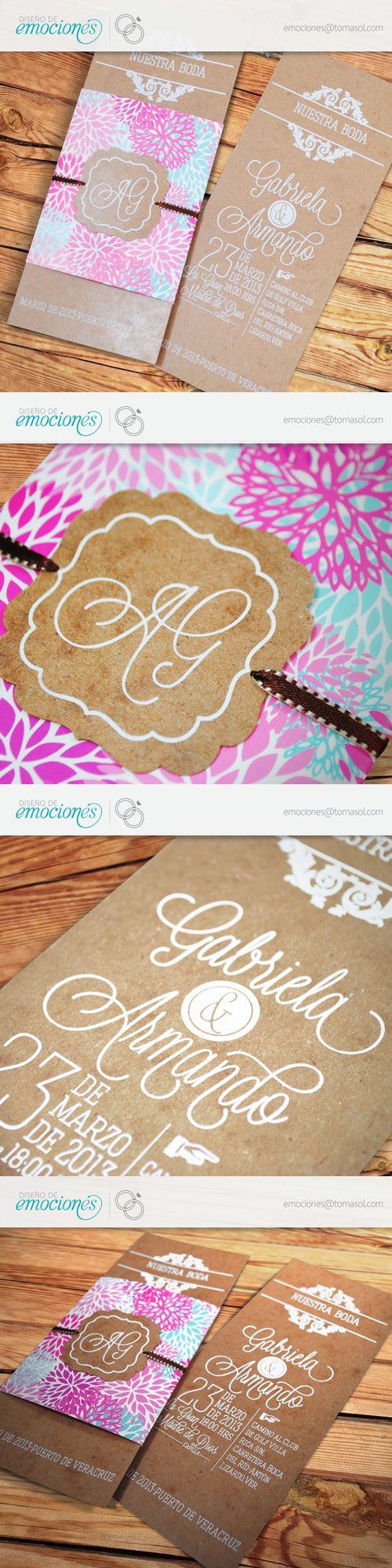 Sencilla y elegante invitación para boda. Impresa en serigrafía con cintillo en papel de fantasía. Cierra con monograma suajado con las iniciales de los novios y listón. Diseño Boho chic en papel madera y cintillo estampado en flores.