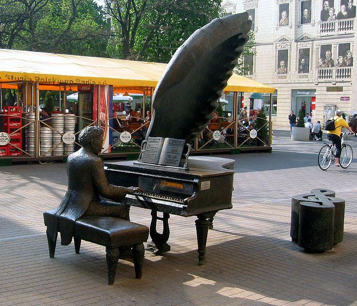 Sculpture of Artur Rubinstein on Piotrkowska Street in Łódź #lodz | ^ https://de.pinterest.com/pin/461900505511575171/