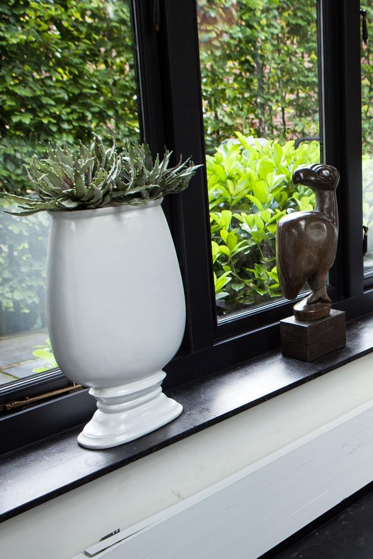 Grote platte vaas/pot voor in uw woning.  In de kleuren, wit en zwart.  Afmeting: 58 cm hoog en 37 cm breed.  U kunt hem vinden op de site:  www.molitli.nl