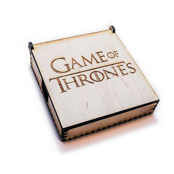 Box mit 6 Holz (Holz) Untersetzer mit Emblemen Häuser von Westeros Game Of Thrones. Perfektes Geschenk für Freaks, Game Of Thrones spaßen, Partys etc.. Kann als Tee-Mat, Bierdeckel, Kaffee-Mat verwendet werden. Material: ECO Birke baltischen Sperrholz erste Klasse 3mm (FK-B1) Durchmesser von einem Untersetzer: 90 mm (3.54), Stärke 3 mm (0,118 ) Box max Größe: 110 x 102 x 30 mm (4,33 x 4.02 x 1,18 ) Satz von 6 Embleme: Stark, Baratheon, Tyrell, Targaryen, Lannister, Arryn. Rückseite des je...