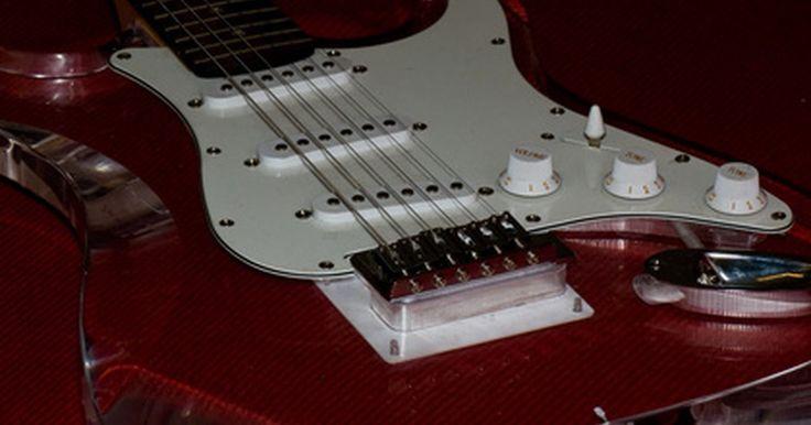 """Como aprimorar uma guitarra Squier Fender Stratocaster. Guitarras Squier são muito populares entre os guitarristas iniciantes. Anunciada como o """"valor da marca"""" Fender , elas são baratas e imitações razoavelmente precisas das guitarras mais caras e superiores feitas por sua empresa-mãe. Enquanto nenhuma modificação fará uma guitarra inferior ficar exatamente como a real, existem algumas maneiras de ..."""