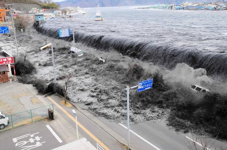 Tsunami en chile que dejo entre 60 y 200 muertos. Este catástrofe natural iba a 700 kilómetros por hora.