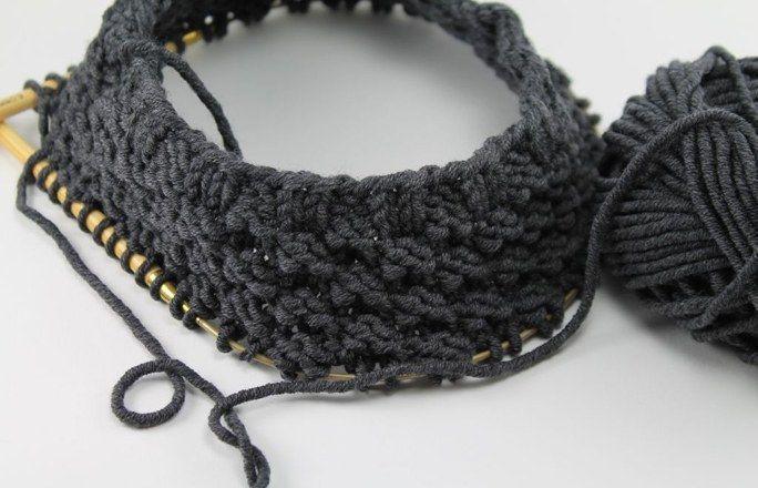 Kranz - Boyfriend-Loop stricken - Und das benötigst du: 3 x 50 g dicke, kuschelweiche Merinowolle (zum Beispiel die 'Müggelsee' Merinowolle von schoenstricken.de, wie hier in Dunkelgrau) 60ger Rundstricknadeln in Stärke 6...