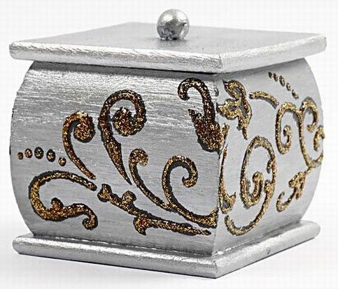 11672 Una caja decorada con plantillas flexibles