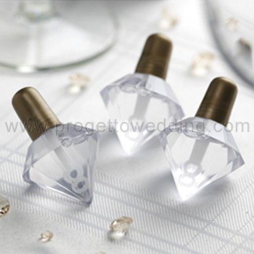 Bolle di sapone a forma di diamante con tappetto di chiusura color oro.  La presenza di due fori permette un effetto multibolle davvero scenografico. www.progettowedding.com