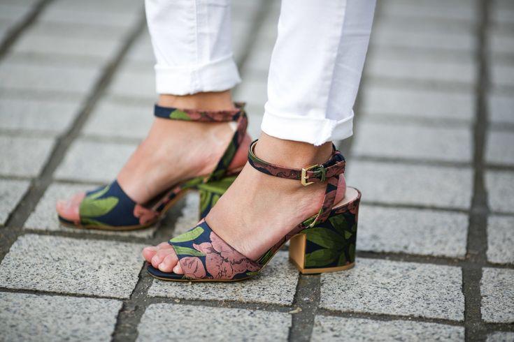 Esta temporada, las sandalias se ponen de nuestra parte. Se imponen los tacones prudentes, esos que te permiten aguantar jornadas de doce horas Un accesorio así acompañará tus mejores outfits de oficina, sofisticará tus looks de tarde y ensalzará hasta el infinito esas prendas hechas para brillar con luz propia la noche. ¿Conclusíón? ¡Las necesitas!  También te puede interesar:  Calzado de primavera: zapatos extremos vs minimal  30 zapatos para ir a trabajar en primavera  10 zapatos que…