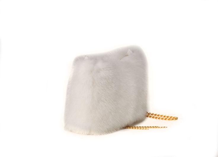 Borsa pochette in visone bianco. Catena e chiusura con zip, dorate.  Tascha interna con zip e porta cellulare.  Modello pochette. Dimensioni cm.22x15x5