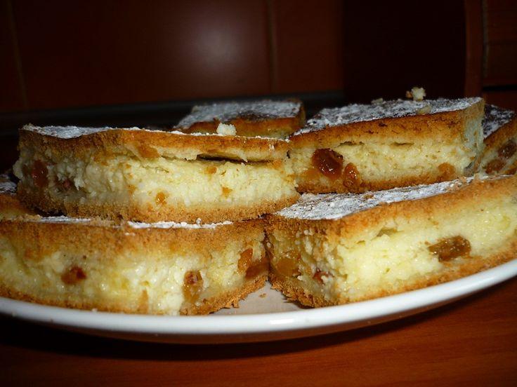 "Reteta culinara Placinta cu branza dulce si stafide, in foi ""de casa"" din categoria Dulciuri. Specific Romania. Cum sa faci Placinta cu branza dulce si stafide, in foi ""de casa"""