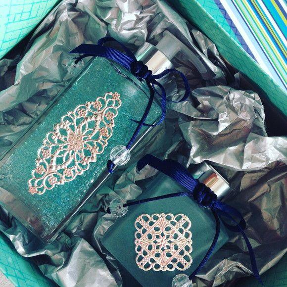 Lindo kit com difusor com essência de bamboo e saboneira com sabonete azul com glitter e essência de flores tropicais...  Ótimo presente !!! Luxuoso