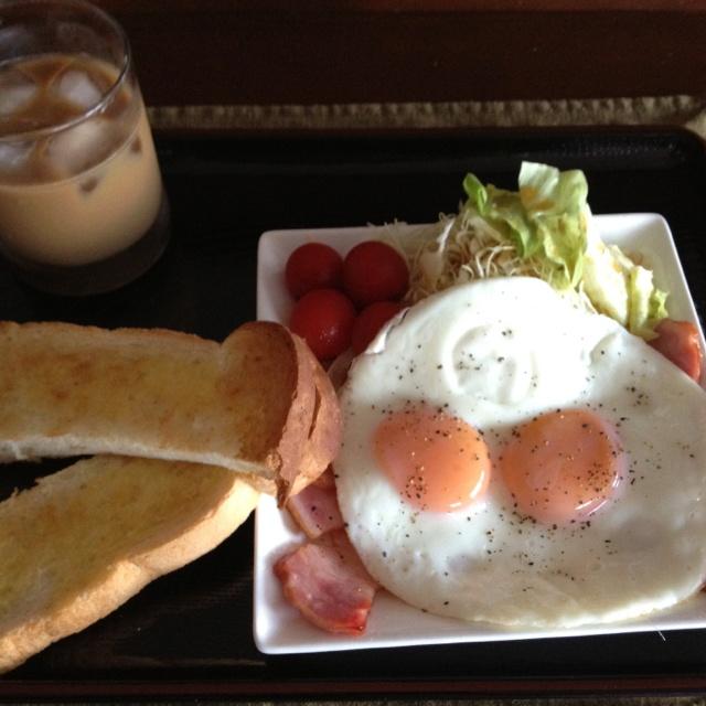 朝食  ベーコンエッグ ジェフ料理