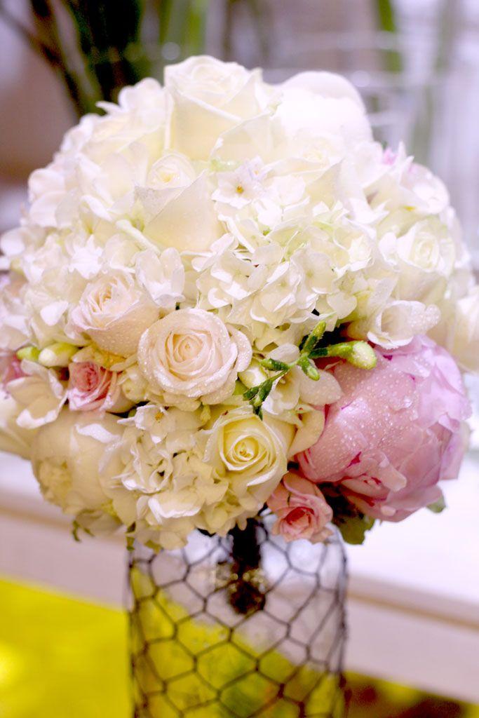 Bielo-ružová svadobná kytica z hortenzií a ruží