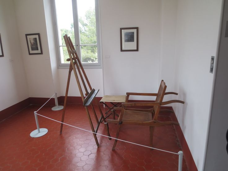 Talossa on kaksi ateljeeta, tämä on pieni ateljee ja tuoli ajalta ennen Renoirin halvaantumista.