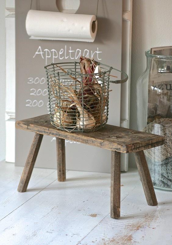 Oud brocante krukje / bankje bruin: vergelijkbare krukjes te koop bij www.old-basics.nl webshop en grote loods vol brocante vintage en shabby chic in landelijke stijl!