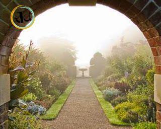 Nymans Garden. E' una residenza acquistata da Ludwig Messel alla fine del 1800 per farvi una casa da sogno. Ispirato dai dintorni boscosi, ha creato un giardino con piante raccolte da tutto il mondo.  Bellissimo è il vialetto di accesso al Rose Garden.. quasi emozionante!