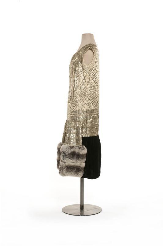 Robe du soir 1924 Paul Poiret; Satin de soie, broderie de lame argent, fourrure chinchilla, velours de soie | Centre de documentation des musées - Les Arts Décoratifs