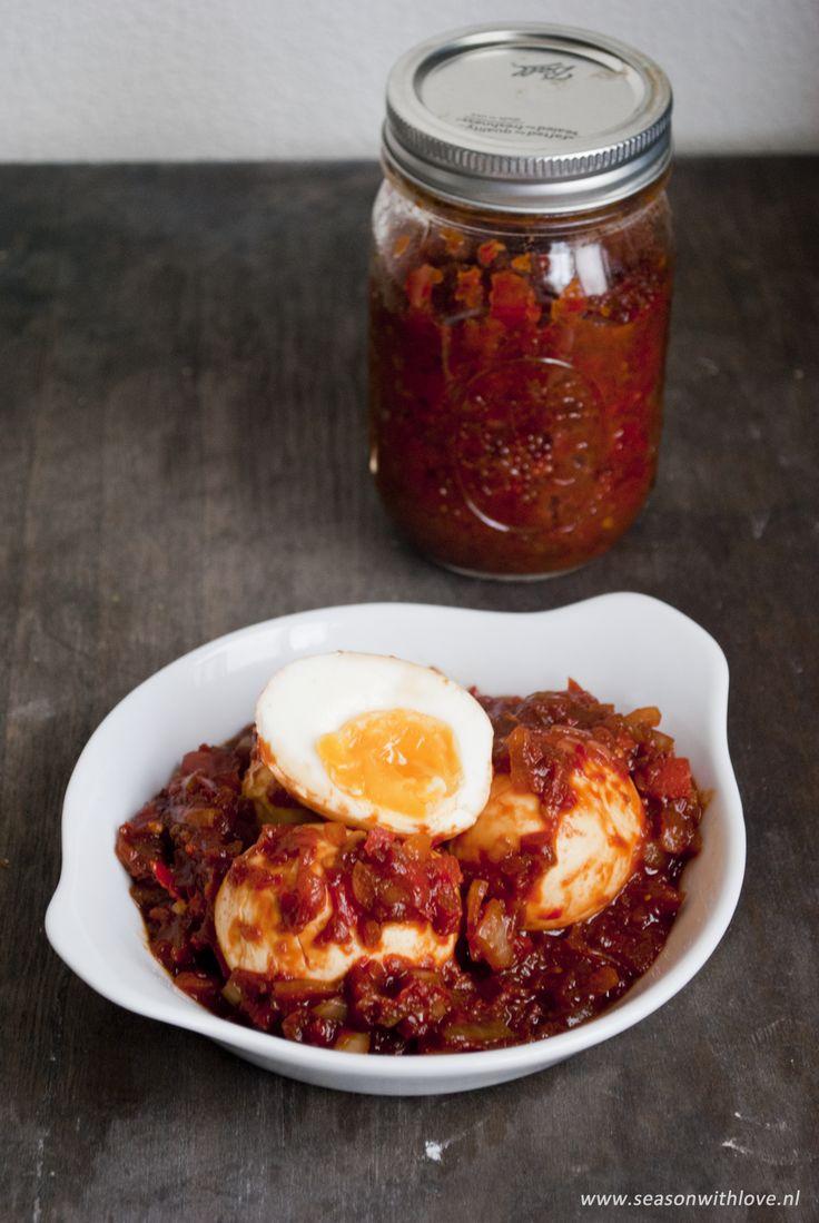 Sambal eieren zijn heerlijke gekookte eieren in een milde sambal saus. Heerlijk als tussendoortje of bijgerecht bij een rijst gerecht.